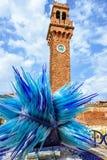 Άποψη φωτός της ημέρας στο ζωηρόχρωμο μπλε γλυπτό γυαλιού Murano Στοκ φωτογραφία με δικαίωμα ελεύθερης χρήσης