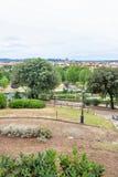 Άποψη φωτός της ημέρας στο πάρκο με τα πράσινα δέντρα και τα παλαιά κτήρια προσόψεων Στοκ εικόνες με δικαίωμα ελεύθερης χρήσης