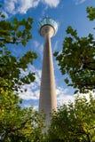 Άποψη χαμηλός-γωνίας του πύργου του Ρήνου στο Ντίσελντορφ ενάντια σε έναν νεφελώδη μπλε ουρανό στοκ φωτογραφίες