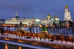 Άποψη χειμερινής νύχτας του ποταμού και της Μόσχας Κρεμλίνο Moskva Στοκ Εικόνα