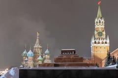 Άποψη χειμερινού βραδιού της Μόσχας Κρεμλίνο, του μαυσωλείου και του καθεδρικού ναού του βασιλικού του ST στο κόκκινο τετράγωνο Μ στοκ φωτογραφία με δικαίωμα ελεύθερης χρήσης