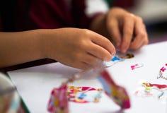 Άποψη χεριών παιδιών, αυτοκόλλητη ετικέττα παιχνιδιού του παιχνιδιού κινούμενων σχεδίων Στοκ Εικόνες
