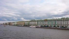 Άποψη χρονικού σφάλματος από τη γέφυρα παλατιών στον ποταμό Neva, Άγιος-Πετρούπολη, Ρωσία απόθεμα βίντεο