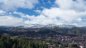 Άποψη χρονικού σφάλματος ενός χιονισμένου τοπ τοπίου βουνών και ενός χωριού κατά τη διάρκεια του χειμώνα στην Ελλάδα απόθεμα βίντεο