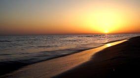 Άποψη χρονικού σφάλματος σχετικά με την ηρεμία που ικανοποιεί τα κύματα που συντρίβουν στην ωκεάνια ακτή ακτών παραλιών άμμου στη απόθεμα βίντεο