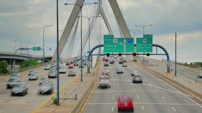 Άποψη χρονικού σφάλματος της κυκλοφορίας στο Leonard Π Αναμνηστική γέφυρα Hill αποθηκών Zakim στη Βοστώνη απόθεμα βίντεο