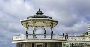 Άποψη χρονικού σφάλματος του βικτοριανού bandstand στην παραλία στο Μπράιτον και ανυψωμένος φιλμ μικρού μήκους