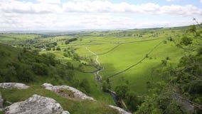 Άποψη όρμων Malham από την κορυφή που κοιτάζει προς το εθνικό πάρκο UK κοιλάδων Malhamdale Γιορκσάιρ απόθεμα βίντεο
