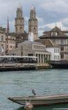 Άποψη όχθεων ποταμού, παλαιά πόλη, Ζυρίχη, Ελβετία Στοκ φωτογραφία με δικαίωμα ελεύθερης χρήσης