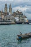 Άποψη όχθεων ποταμού, παλαιά πόλη, Ζυρίχη, Ελβετία Στοκ φωτογραφίες με δικαίωμα ελεύθερης χρήσης