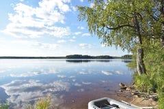 Άποψη όχθεων της λίμνης με τη βάρκα Στοκ Εικόνες