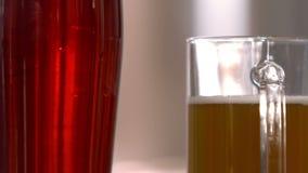 Άποψη δύο πιντών της μπύρας απόθεμα βίντεο