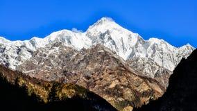 Άποψη Annapurna ΙΙ αιχμή βουνών κατά τη διάρκεια της ηλιόλουστης ημέρας, Ιμαλάια Στοκ Φωτογραφία
