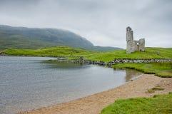 Άποψη Ardvreck Castle στη Σκωτία στη νεφελώδη ημέρα Στοκ Φωτογραφίες