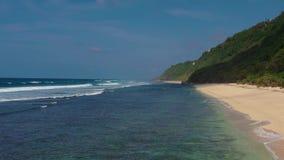 Άποψη Arial της νότιας από το Μπαλί ακτής με τις χρυσές αμμώδεις παραλίες και τα τυρκουάζ κυματιστά νερά απόθεμα βίντεο