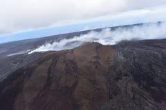 Άποψη Arial του ηφαιστείου Kilauea της Χαβάης με την αύξηση καπνού στοκ εικόνα