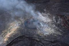 Άποψη Arial του ηφαιστείου Kilauea της Χαβάης με την αύξηση καπνού στοκ εικόνες