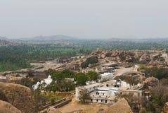 Άποψη Arieal των μνημείων Hampi από τη νότια πλευρά του Hill Matanga, Hampi, Karnataka Ιερό κέντρο Ο ναός Krishna βλέπει στοκ εικόνα