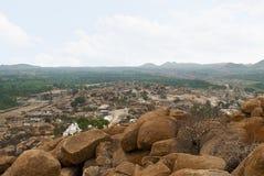 Άποψη Arieal Hampi από τη ανατολική πλευρά της κορυφής Hill Matanga, Hampi, Karnataka Ιερό κέντρο Ναός Krishna στο αριστερό και τ στοκ φωτογραφία