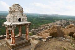 Άποψη Arieal Hampi από τη ανατολική πλευρά της κορυφής Hill Matanga, Hampi, Karnataka Ιερό κέντρο Ο ναός Krishna και Krishna baza στοκ φωτογραφίες