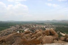Άποψη Arieal Hampi από τη ανατολική πλευρά της κορυφής Hill Matanga, Hampi, Karnataka Ιερό κέντρο Ναός Krishna στο αριστερό και τ στοκ εικόνες