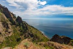 Άποψη Baikal της λίμνης με τους βράχους Στοκ Φωτογραφία