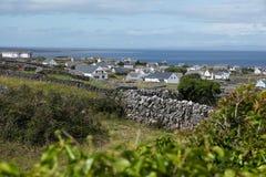 Άποψη Caherard και φράκτης πετρών στο νησί inisheer στα aran νησιά Στοκ εικόνα με δικαίωμα ελεύθερης χρήσης