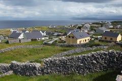 Άποψη Caherard και φράκτης πετρών στο νησί inisheer στα aran νησιά Στοκ φωτογραφίες με δικαίωμα ελεύθερης χρήσης
