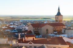 Άποψη Campo de Criptana με την εκκλησία Στοκ φωτογραφία με δικαίωμα ελεύθερης χρήσης