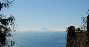 Άποψη Capri από τη Νάπολη στοκ φωτογραφία