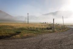 Άποψη Castelluccio Di Norcia υψίπεδο της Ουμβρίας, Ιταλία στο πρωί, με τα haybales και την υδρονέφωση Στοκ φωτογραφίες με δικαίωμα ελεύθερης χρήσης