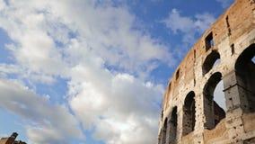 Άποψη Coliseum πέρα από το μπλε ουρανό απόθεμα βίντεο
