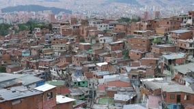 Άποψη Comuna 13 γειτονιά σε Medellin με το κέντρο πόλεων στο υπόβαθρο απόθεμα βίντεο