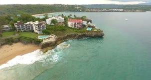 Άποψη Copter της ακτής πόλεων σε ένα θέρετρο Τυρκουάζ νερό του Ατλαντικού Ωκεανού Παραλίες άμμου χωρίς τους ανθρώπους 4K απόθεμα βίντεο