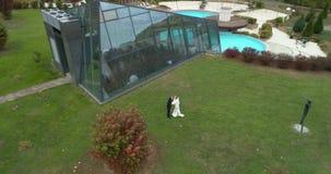 Άποψη Copter του γάμου Νεόνυμφος και νύφη που περπατούν αν και thw μεγάλο πάρκο που περιβάλλεται από το δάσος απόθεμα βίντεο