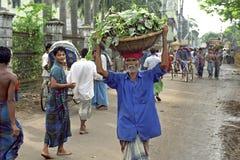 Άποψη Dhaka δρόμων με έντονη κίνηση με τον αχθοφόρο στοκ φωτογραφίες
