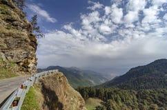 Άποψη enroute Chopta, Garhwal, Uttarakhand, Ινδία κοιλάδων και δρόμων στοκ φωτογραφίες με δικαίωμα ελεύθερης χρήσης