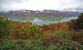 Άποψη Fisheye με το φθινόπωρο στα φαράγγια Δούναβη στοκ εικόνα