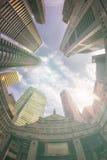 Άποψη Fisheye των σύγχρονων κτηρίων χρυσή ιδιοκτησία βασικών πλήκτρων επιχειρησιακής έννοιας που φθάνει στον ουρανό Στοκ Φωτογραφίες