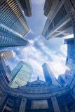Άποψη Fisheye των σύγχρονων κτηρίων χρυσή ιδιοκτησία βασικών πλήκτρων επιχειρησιακής έννοιας που φθάνει στον ουρανό Στοκ Εικόνες