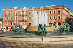 Άποψη Fontaine du Soleil στην πλατεία Massena θέσεων μια καυτή ημέρα στη Νίκαια, Γαλλία Στοκ Εικόνες