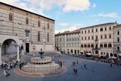 Άποψη Fontana Maggiore στην πλατεία IV Novembre στην ηλιόλουστη ημέρα Στοκ Φωτογραφίες