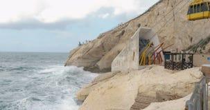 Άποψη Hanikra Rosh με τη θάλασσα, τους βράχους και το κινούμενο τελεφερίκ απόθεμα βίντεο