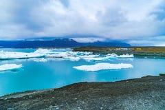Άποψη Jokulsarlon μια μεγάλη παγετώδης λίμνη Στοκ Εικόνα