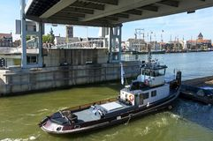 Άποψη Kampen πόλεων με την κυκλοφορία ποταμών και τη γέφυρα ανελκυστήρων στοκ φωτογραφίες με δικαίωμα ελεύθερης χρήσης