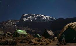 Άποψη Kilimanjaro από τη διαδρομή Machame κάτω από τα αστέρια τη νύχτα Στοκ Φωτογραφία