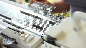 Άποψη knitter που εργάζεται στη μηχανή φιλμ μικρού μήκους