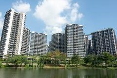 Άποψη Lanscape του condomium με τα δέντρα κοντά στον ποταμό στοκ εικόνες με δικαίωμα ελεύθερης χρήσης