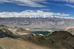 Άποψη Leh από το δρόμο στο υψηλότερο πέρασμα βουνών στον κόσμο που μπορεί να επιτευχθεί με το αυτοκίνητο Αυτό το πέρασμα είναι ο  Στοκ Εικόνα