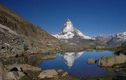 Άποψη Matterhorn με την αντανάκλαση στο νερό Στοκ Φωτογραφίες